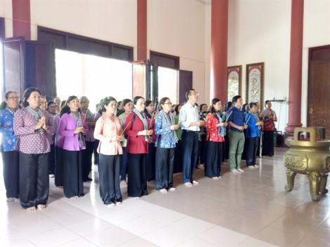 Hội LHPN quận 2 tặng 300 bộ áo dài cho giáo viên, hội viên phụ nữ tỉnh Bến Tre