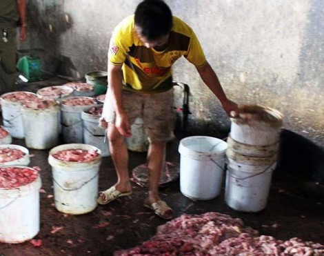 Đột kích cơ sở nấu 500 kg mỡ bẩn mỗi ngày để bán ra thị trường