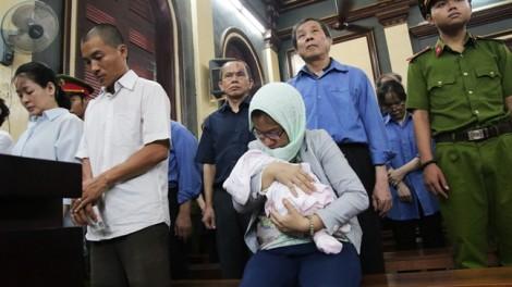 Nữ bị cáo mang con sơ sinh đến phiên xử đại gia Sáu Phấn