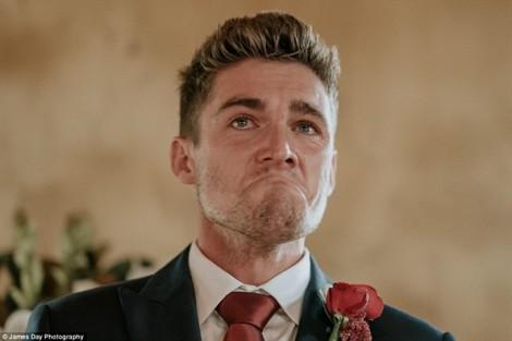 Giọt nước mắt đầy xúc động của chú rể nơi lễ đường