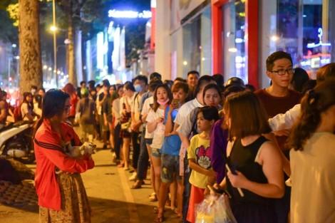Xếp hàng 30 phút mua một ly trà sữa trân châu trên vỉa hè Sài Gòn