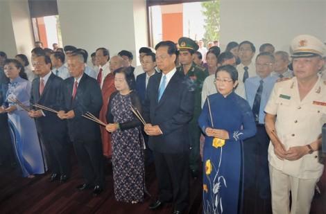 TP.HCM tổ chức trang trọng lễ dâng hương dâng hoa kỷ niệm 128 năm ngày sinh Bác Hồ