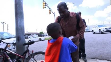 'Siêu anh hùng' 4 tuổi trao thực phẩm và tình yêu cho người vô gia cư