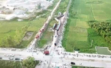 Hiện trường kinh hoàng vụ tàu hỏa lật sau khi tông xe 'hổ vồ' ở Thanh Hóa
