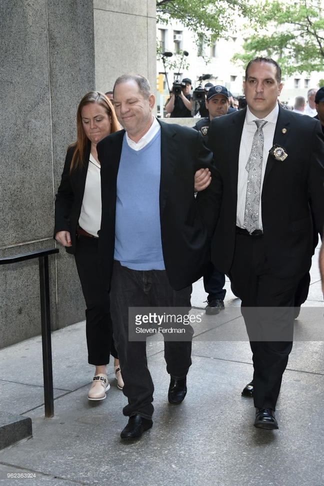 'Ong trum' Harvey Weinstein chinh thuc bi bat giam
