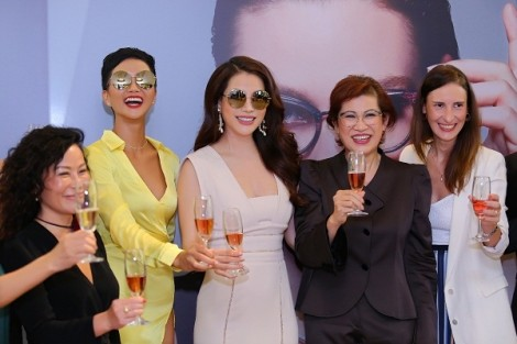 Hoa hậu hoàn vũ H'Hen Niê duyên dáng cùng kính Chopard SCHC68