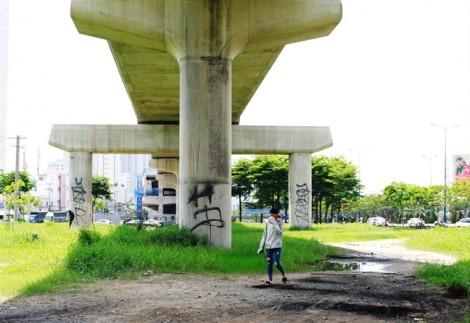 Metro Bến Thành - Suối Tiên bị bôi bẩn kỳ dị