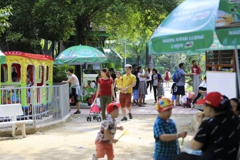 Bất chấp nắng nóng, Thảo Cầm Viên Sài Gòn vẫn đông nghịt khách ngày Quốc tế thiếu nhi