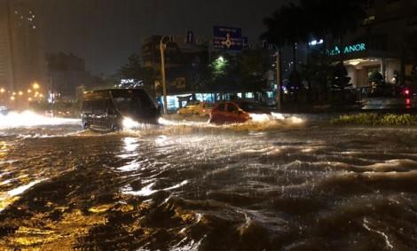 Đường Nguyễn Hữu Cảnh ngập như sông, xe chết máy dẫn bộ về nhà xuyên đêm