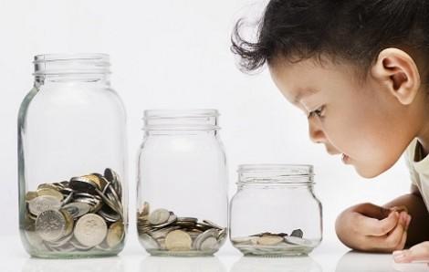 Cha mẹ cãi vã vì tiền, con rối nhiễu tiền