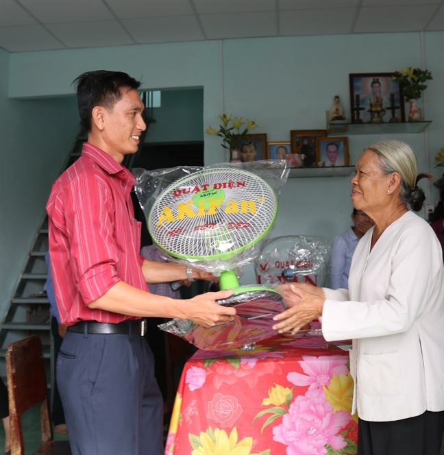 Hoi LHPN TP.HCM ban giao mai am tinh thuong cho hoi vien phu nu ngheo