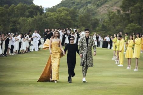 Sàn diễn kết hợp địa điểm du lịch: Xu hướng mới của thời trang Việt?