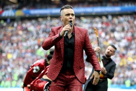 Trước tin bị mafia truy lùng, Robbie Williams trần tình về 'ngón tay thối'