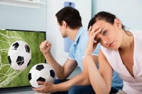 Nhà chồng trách tôi không 'đồng cam cộng khổ' khi chồng thua độ bóng đá