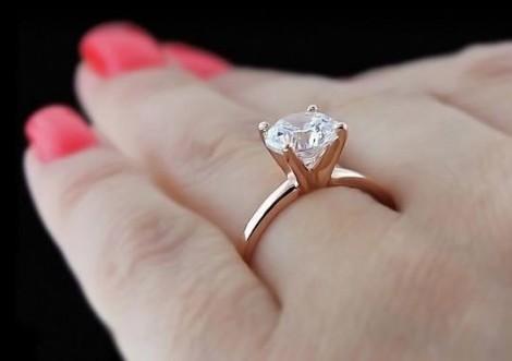 Nữ giúp việc trộm nhẫn kim cương của chủ rồi khoe trên Facebook