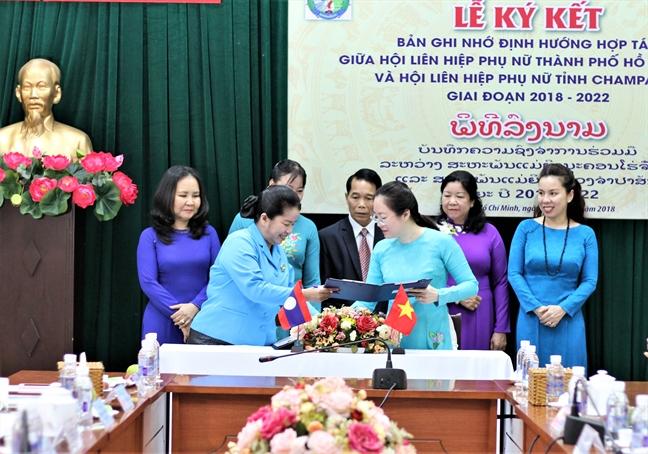 Hoi LHPN TP.HCM: Trao tang 50 trieu dong cho hoc vien tinh Champasak (Lao)