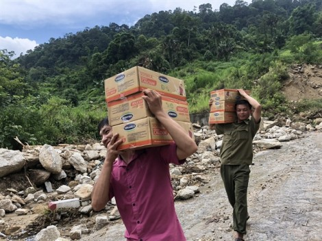 Từ thiện vùng lũ: Chuyện không ai dám nói sau những thùng mì tôm