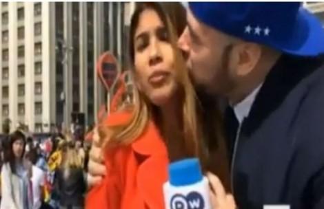 Phóng viên World Cup khổ vì nữ cổ động viên xinh đẹp 'quấy rối'