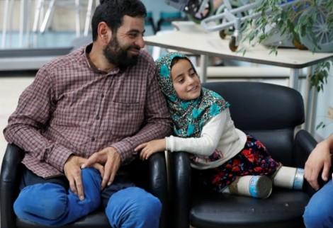 Câu chuyện có hậu cho cô bé Syria dùng vỏ đồ hộp làm chân