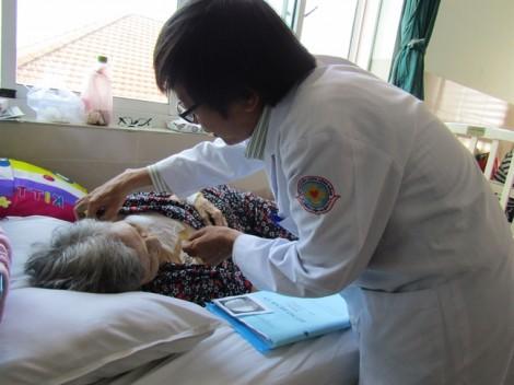 Bệnh viện Quận 11 lần đầu cấy máy tạo nhịp tim vĩnh viễn cho cụ bà 82 tuổi