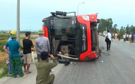Khởi tố tài xế xe khách bị lật làm 4 cha con thương vong