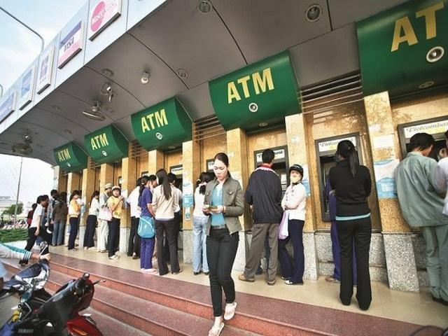 4 ngan hang phai bao cao Bo Cong thuong ve viec dong loat tang phi rut tien qua ATM