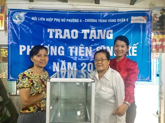 Trao phuong tien sinh ke cho phu nu ngheo quan 4