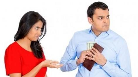 Bảy năm sống chung, chưa biết cảm giác được cầm tiền của chồng