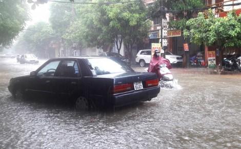 Mưa lớn kéo dài khiến đường thành sông, nhà đổ sập