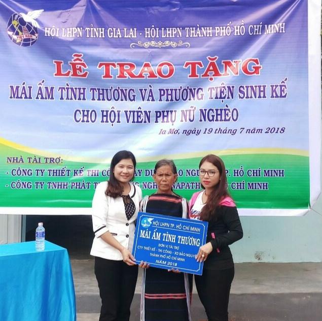 Hoi LHPN TP.HCM: Tang nha va 10 con bo giong cho phu nu ngheo tinh Gia Lai
