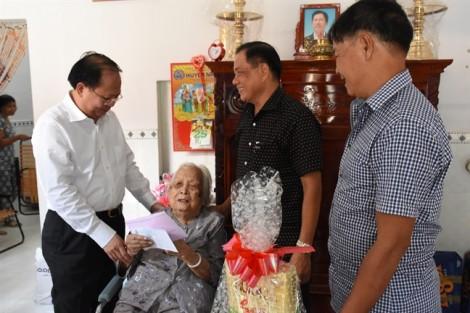 Lãnh đạo TP.HCM thăm, tặng quà các đối tượng chính sách nhân ngày 27/7
