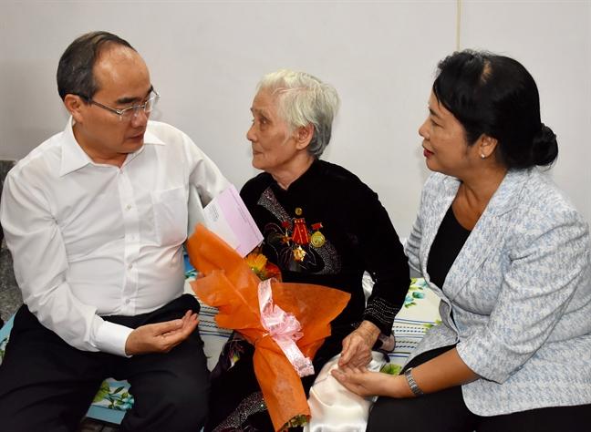 Bi thu Thanh uy Nguyen Thien Nhan tham va tang qua gia dinh chinh sach