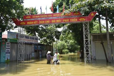 Gần 1.000 hộ dân ở Hà Nội vẫn đang vật lộn sống chung với nước lũ