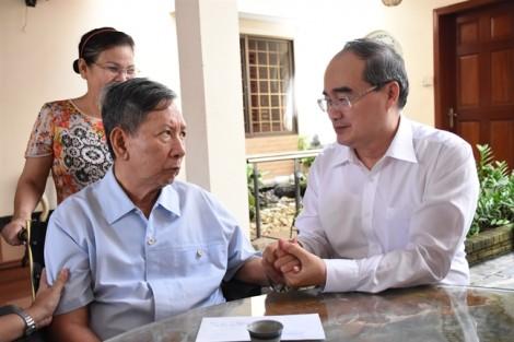 Bí thư Thành ủy Nguyễn Thiện Nhân thăm và tặng quà gia đình chính sách