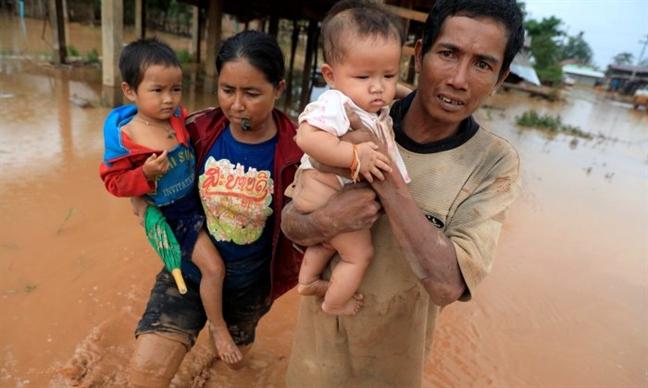 Vo dap thuy dien tai Lao: Bang hoang khi chung kien nuoc lu cuop mat 2 con gai
