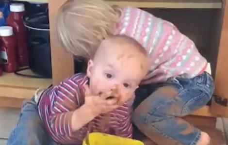 Clip hài: 'Lộ mặt' thủ phạm phá tung căn bếp của mẹ
