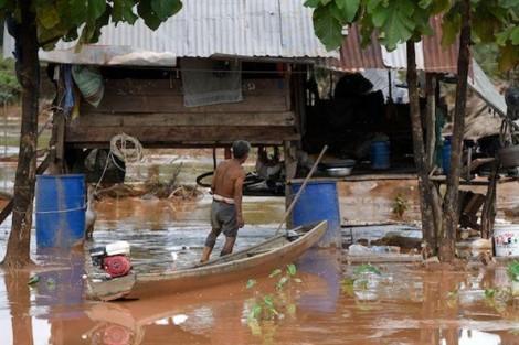 Bùn lầy cản trở công tác cứu hộ sau lũ lụt từ vụ vỡ đập thủy điện tại Lào