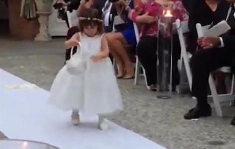 Clip hài: Khi những phù dâu nhí là kẻ 'phá bĩnh' tiệc cưới