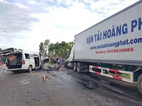 Xe khách tông trực diện xe đầu kéo, 13 người trong đoàn rước dâu tử nạn