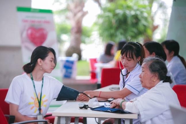 Manulife Viet Nam tiep tuc hien tang gan 350 don vi mau cho cong dong