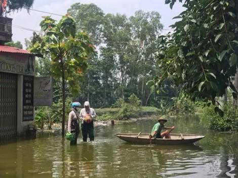 Ngập úng sâu, một người dân Hà Nội suýt chết đuối vì chèo thuyền tự chế bằng xốp