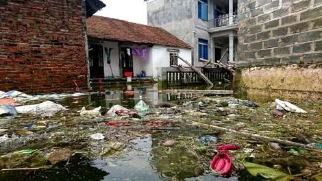 Rác thải 'tấn công' người dân Chương Mỹ - Hà Nội