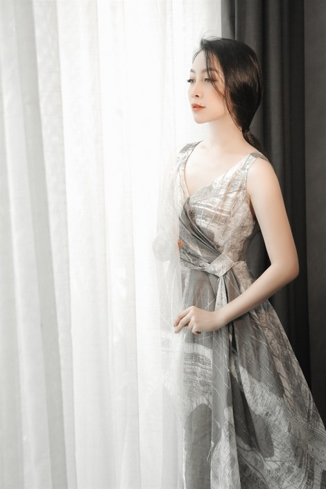 Linh Nga gợi ý mặc đẹp với tông màu trầm, không phụ kiện cầu kỳ