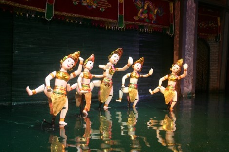 Ra đường đi bộ Nguyễn Huệ xem múa rối nước
