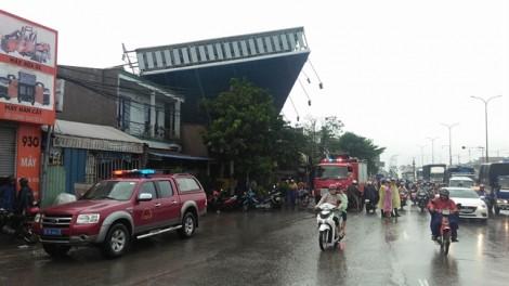 TP.HCM: Gió lớn quật ngã cây xanh, bảng quảng cáo làm bốn người thương vong