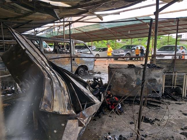 3 o to tro khung trong vu chay bai xe gan san bay Tan Son Nhat