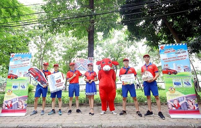 Duong pho Ha Noi 'nao nhiet' voi hang tram giai thuong du lich Singapore tu Con Bo Cuoi
