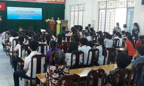 Báo Phụ Nữ trao học bổng 'Nữ sinh hiếu học vượt khó' tại huyện Hóc Môn