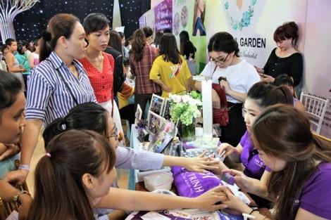 Cúp vàng khổng lồ tôn vinh nghệ nhân tại Ngày hội nghề nail