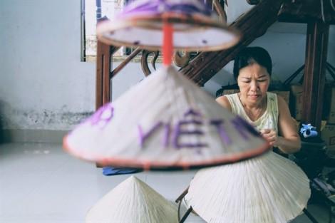 Người phụ nữ một tay hơn 40 năm ngồi khâu nón lá Huế